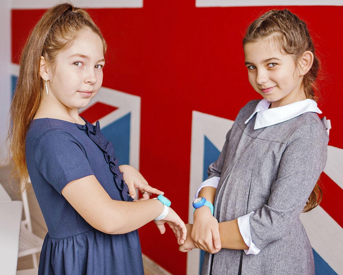 Девочки с часами на фоне английского флага
